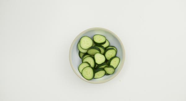 Tomaten putzen und halbieren. Zwiebel und Knoblauch schälen, Paprikaschote und Salatgurke putzen und alles in grobe Stücke bzw. Scheiben schneiden.