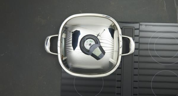 Arondo Grill auf Herd stellen und diesen auf grosse Stufe schalten. Audiotherm einschalten, auf Visiotherm aufsetzen und drehen bis das Brat-Symbol erscheint.