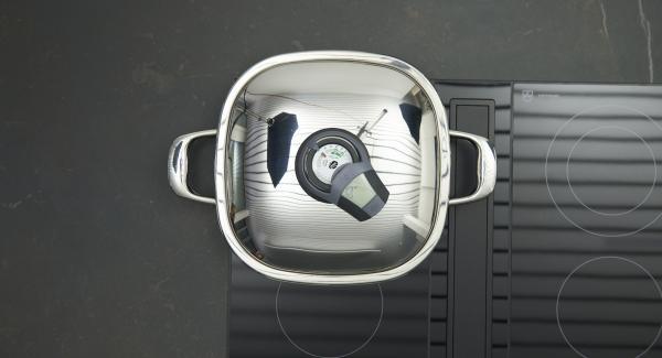 Sobald der Audiotherm beim Erreichen des Brat-Fensters piepst, auf kleine Stufe schalten, Gemüsestücke in den Arondo geben und Deckel auflegen. Mit Hilfe des Audiotherms braten bis der Wendepunkt bei 90 °C erreicht ist. Gemüse wenden, Deckel nochmals auflegen und ca. 3 Minuten fertig braten.
