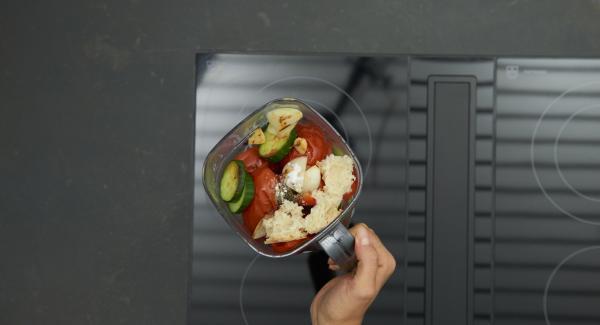 Geröstete Gemüse in einen Mixer geben, restliche Zutaten bis zum Olivenöl zufügen und alles fein mixen. Falls die Suppe zu dick ist, etwas Wasser zugeben. Mit Balsamessig, Salz und Pfeffer pikant abschmecken.
