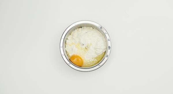 Mehl, Schokotropfen oder -würfel und Puderzucker in einer Schüssel mischen. Kalte Butter in kleinen Würfeln zugeben und mit beiden Händen gut vermischen. Ei zugeben und alles zügig zu einem glatten Teig verkneten. Teig in Frischhaltefolie wickeln und ca. 3 Stunden kalt stellen.