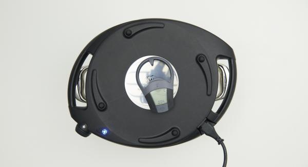 Topf in den umgedrehten Deckel stellen und Navigenio überkopf auflegen. Auf kleine Stufe schalten, solange der Navigenio rot/blau blinkt ca. 4 Minuten im Audiotherm eingeben und hellbraun backen.