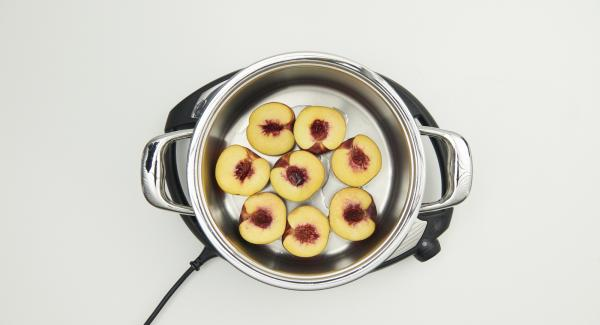 """Pfirsiche waschen, halbieren, entsteinen und tropfnass in den gereinigten flachen Topf geben. Auf Navigenio stellen, auf """"A"""" schalten, ca. 5 Minuten Garzeit am Audiotherm eingeben und im Gemüse-Bereich garen."""
