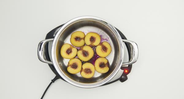 Pfirsiche nach Ablauf der Garzeit aus dem Topf nehmen und erkalten lassen.