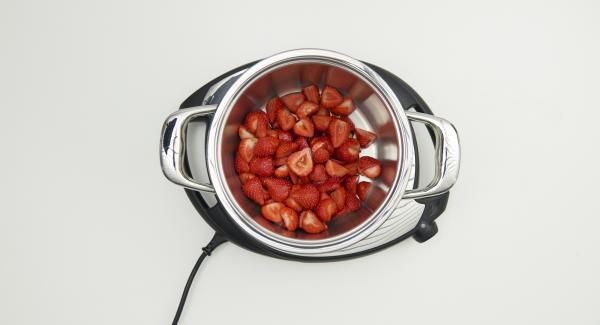 Erdbeeren putzen und je nach Grösse halbieren oder vierteln. Im hohen Topf mit 50 ml Ahornsirup mischen.