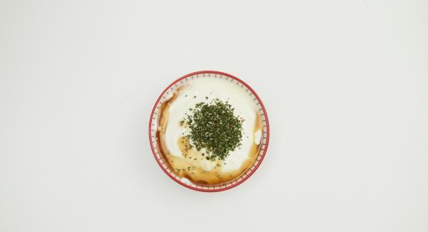 Rosmarinblättchen abzupfen, fein hacken, mit Joghurt und restlichem Ahornsirup verrühren, Gebäck im Quick Cut zerkrümeln. Pfirsichhälften mit etwas Erdbeersauce anrichten und mit Rosmarin-Joghurt und Schoko-Bröseln garnieren.