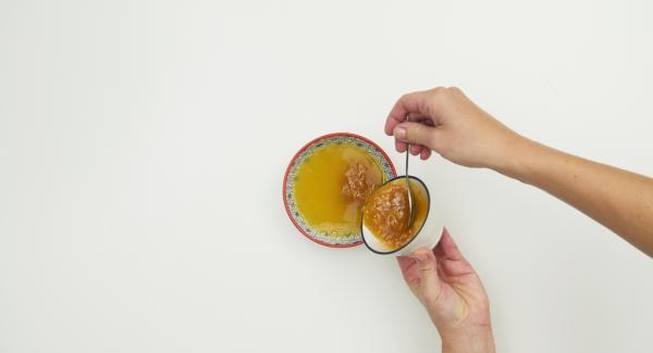 Saft (ca. 100 ml) mit der Orangenkonfitüre glatt rühren.