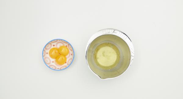 Eier trennen, Eiweiss mit Salz steif schlagen und Sahne ebenfalls steif schlagen.