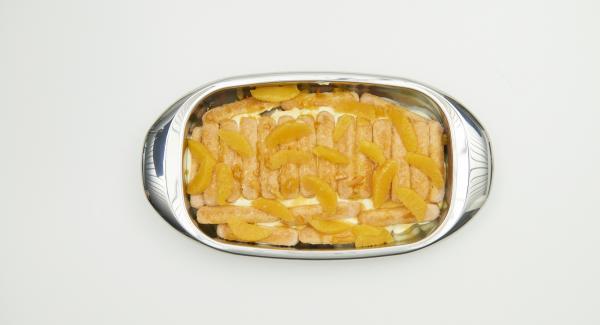 Hälfte der Orangenfilets über die Biskuits geben. Dann die Hälfte der Crème darüber verteilen. Eine weitere Lage Löffelbiskuits einschichten und restliche Orangensauce darüber verteilen. Nach kurzer Einweichzeit restliche Orangenfilets und zuletzt die restliche Crème darüber geben.