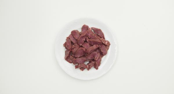 Zwiebeln, Knoblauch und Ingwer schälen und im Quick Cut fein hacken. Lammfleisch in Scheiben (ca. 1,5 cm) schneiden.