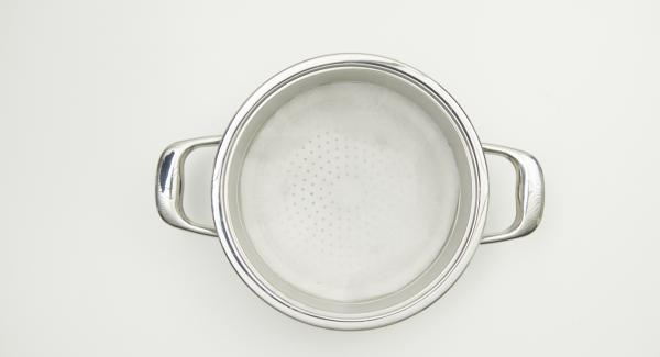 Mit Hilfe eines Deckels 20 cm einen Kreis aus Backpapier ausschneiden und in den Kombisieb-Einsatz legen. Gewürz-Couscous gut mischen und auf das Backpapier geben.