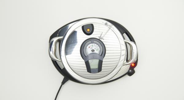 EasyQuick mit Dichtring 20 cm auf Topf setzen und auf Navigenio stellen. Auf Stufe 6 schalten. Audiotherm einschalten, auf Visiotherm aufsetzen und drehen, bis das Brat-Symbol erscheint.