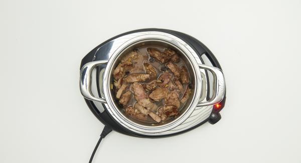 Fleisch wenden und Zwiebelmischung mitanbraten und mit Salz und Pfeffer würzen. Restliche Gewürze, Kakao, Rosinen und Wasser zugeben und umrühren.