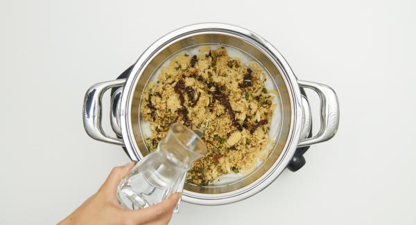 Couscous mit einer Gabel auflockern und nochmals ca. 100 ml Wasser darüber geben. Nochmals ca. 4 Minuten Garzeit am Audiotherm eingeben und im Dampf-Bereich fertig garen.