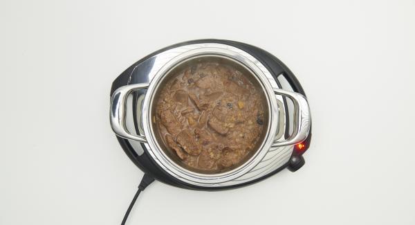 Lammragout am Ende der Garzeit abschmecken und mit dem Couscous anrichten.
