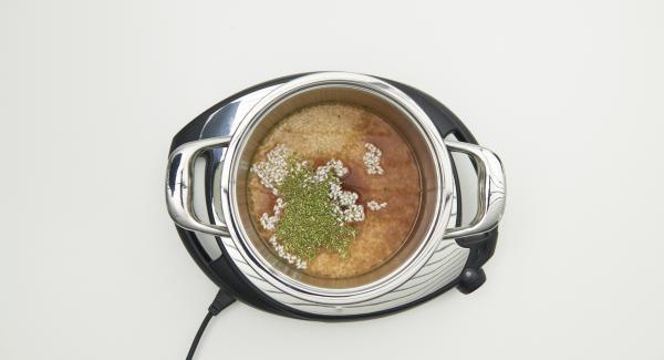 Rosmarinblättchen abzupfen und fein hacken. Mit Reis, Wein, Gemüsebrühe und Granatapfelsaft in einem Topf mischen.