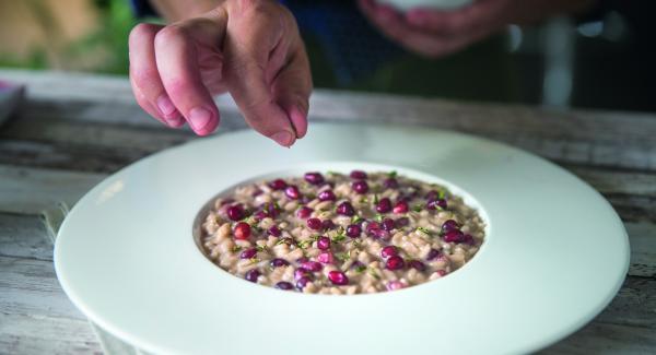 Mit Salz, Pfeffer und Rotweinessig abschmecken. Vor dem Servieren noch etwa 2 Minuten ohne Deckel ruhen lassen.