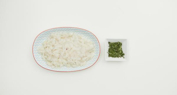 Zwiebel und Knoblauch schälen, im Quick Cut fein hacken. Tintenfisch säubern, in feine Würfel schneiden. Thymian- und Rosmarinblätter abzupfen, fein hacken.