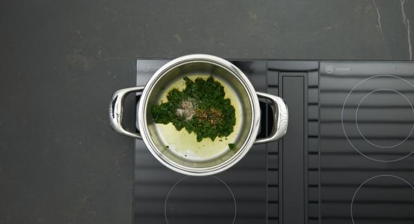 Spinat mit Salz, Pfeffer und Muskat würzen. Aus dem Topf nehmen, abkühlen lassen, fein hacken.