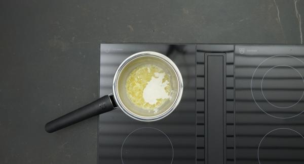 Butter in den Topf geben, Herd auf höchste Stufe schalten. Sobald die Butter zu schäumen beginnt, auf niedrige Stufe schalten, Mehl zugeben, unter Rühren mit einem Schneebesen ohne Farbe anschwitzen. Mit Wein ablöschen, nach und nach Brühe einrühren, unter gelegentlichem Rühren ca. 8 Minuten köcheln lassen.