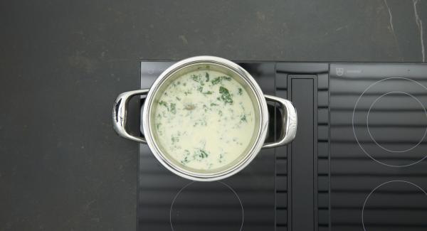 Sahne und Spinat zur Sauce geben und nochmals abschmecken.