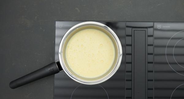 Eigelb mit Zucker in einer Sauteuse verrühren, Sahne und Milch unterrühren. Auf Herd stellen, auf mittlere Stufe schalten und unter kräftigem Rühren mit einem Schneebesen zu einer dick-cremigen Masse aufschlagen, die Masse darf jedoch nicht zu kochen beginnen.