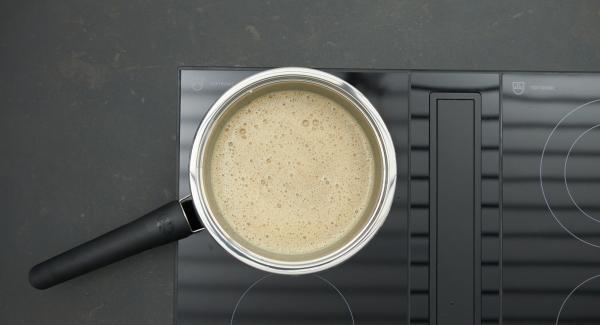 Schokolade in Stücke brechen, unter Rühren in der Sauce schmelzen.
