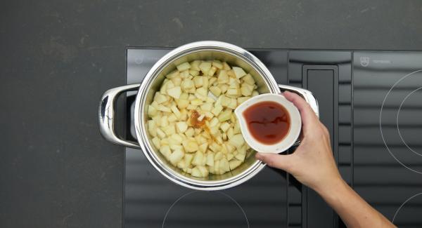 Apfel, Birne und Chili zugeben, mit Calvados oder Rum ablöschen, verdampfen lassen. Wein und Apfelsaft zugeben, alles offen sämig einkochen. Chilischote zum Schluss entfernen.