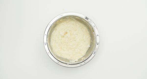 Mehl,  Lebkuchengewürz und Schokolade mischen, mit Mineralwasser und Eischnee unterheben.