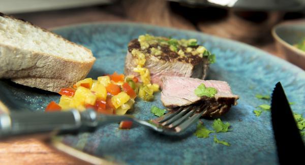 Steaks mit der Salsa servieren.