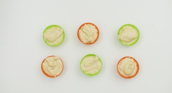 Butter mit Zucker schaumig rühren. Vanillezucker und Ei unterrühren. Mehl und Backpulver mischen und zusammen mit Buttermilch oder Milch kurz unterrühren. Teig in Muffin-Förmchen (à ca. 50 ml) verteilen und in den Softiera-Einsatz stellen.
