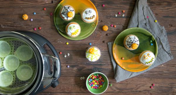 Muffins abkühlen lassen und mit dem Dekor nach Belieben dekorieren.