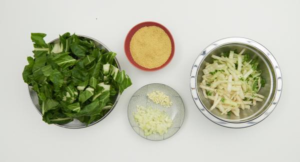 Mangold putzen, Stiele in dünne Streifen schneiden, Blätter grob hacken. Zwiebel und Knoblauch schälen und fein würfeln.