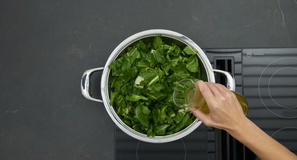 Tropfnasse Mangoldblätter darauf verteilen. Brühe zugießen, auf höchste Stufe schalten, Topf bis zum Gemüse-Fenster aufheizen, auf niedrige Stufe schalten und mit Hilfe des Audiotherms ca. 2 Minuten fertig garen.