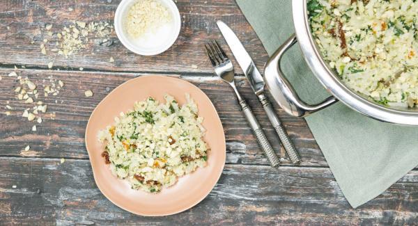 Mit zwei Gabeln Gemüse und Couscous auflockern. Aprikosen und Tomaten unterheben. Mit Salz und Pfeffer abschmecken und Mandeln bestreut servieren.