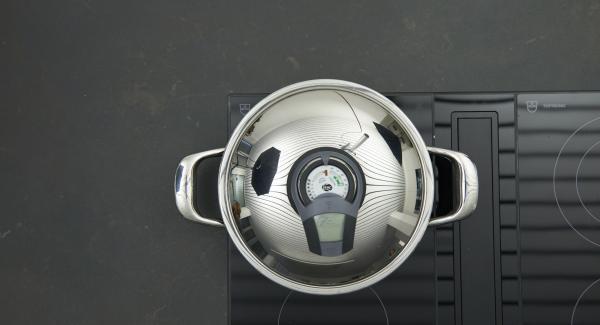 Sobald der Audiotherm beim Erreichen des Brat-Fensters piepst, auf niedrige Stufe schalten und Tofuscheiben auf niedriger Stufe auf jeder Seite ca. 2-3 Minuten braten.