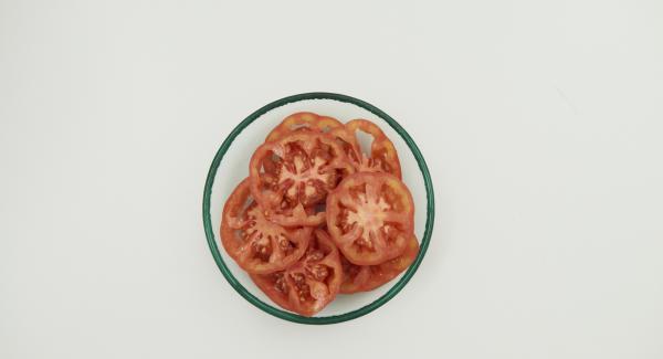 Brötchen aufschneiden, Tomaten putzen und in dünne Scheiben schneiden.
