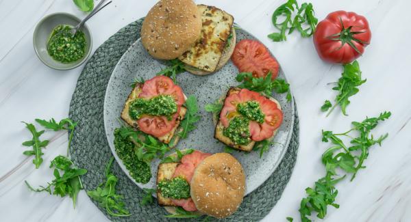 Nach Belieben Brötchen etwas antoasten und mit Pesto bestreichen. Mit Tomaten und gebratenem Tofu belegen und sofort servieren.