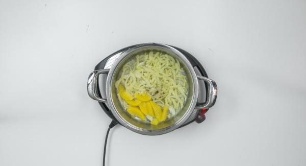 Nach Ablauf der Garzeit Omelett auf einen grossen Teller stürzen. Gemüse mit Olivenöl, Salz und Pfeffer abschmecken und dazu servieren.