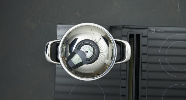 Geschnittes Gemüse tropfnass in Topf geben, auf Herd stellen, auf höchste Stufe schalten. Audiotherm einschalten, ca. 8 Min. Garzeit eingeben, auf Visiotherm aufsetzen und drehen bis das Gemüse-Symbol erscheint. Sobald Audiotherm beim Erreichen des Gemüse-Fensters piepst, auf niedrige Stufe schalten und fertig garen.