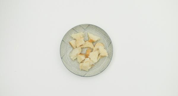 Für den Hackbraten den Toast zerkleinern und in Wasser einweichen. Zwiebel schälen und fein würfeln. Toast ausdrücken und mit Hackfleisch, Zwiebel, Ei und Gewürzen zu einem Teig kneten.