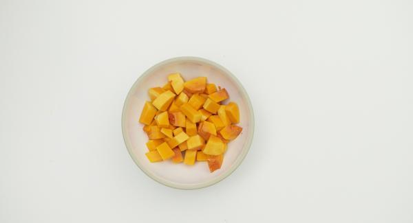 Kürbis putzen und würfeln, Zitrone halbieren und in je 4 Schnitze teilen. Mit den restlichen Zutaten in einen Topf geben.