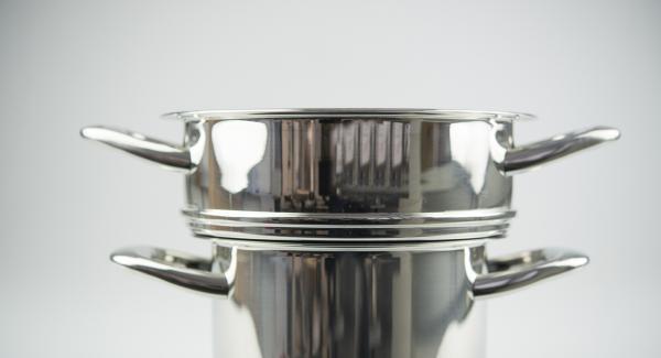 Kombi-Siebeinsatz auf Topf stellen und EasyQuick mit Dichtring 24 cm aufsetzen.