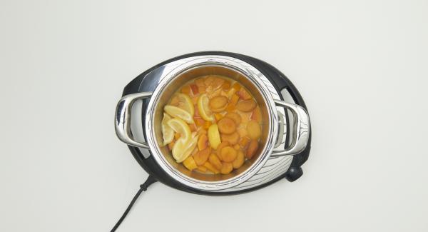 Nach Ablauf der Garzeit Kombi-Siebeinsatz auf einen grossen Teller stellen und Käse-Nussmischung auf Hackbraten verteilen.