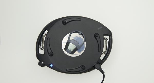 Navigenio überkopf auflegen und auf grosse Stufe schalten. Solange der Navigenio rot/blau blinkt ca. 5 Minuten im Audiotherm eingeben und gratinieren. Hackbraten mit Chutney garniert servieren.