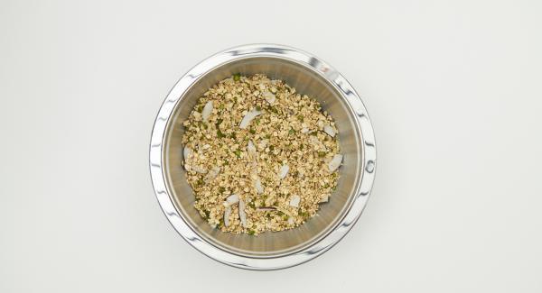 Alle trockenen Zutaten von Haferflocken bis Vanillepulver vermischen, Kokosöl gut unterarbeiten.
