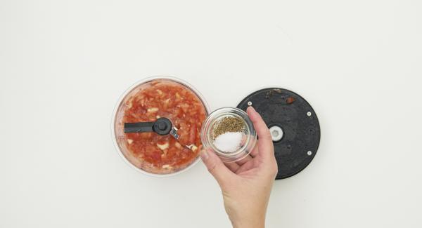 Tomaten putzen, in grobe Stücke schneiden und Knoblauch schälen, mit den Basilikumblättchen im Quick Cut mit wenigen Zügen hacken. Mit Salz und Pfeffer würzen, Olivenöl unterrühren und 15 Minuten ruhen lassen.