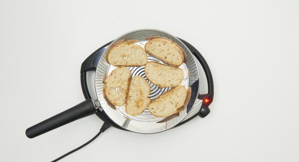 Auf niedrige Stufe/Flamme schalten und 6 Brotscheiben in oPan large legen. Je nach Wunsch braten und wenden.