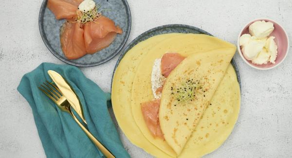 Frischkäse gemischt mit Meerrettich und geräuchertem Lachs auf den ausgekühlten Crêpes verteilen.
