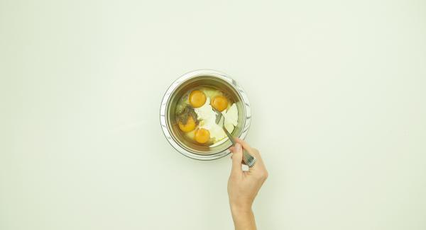 Eier, Sahne, Salz und Pfeffer verquirlen.